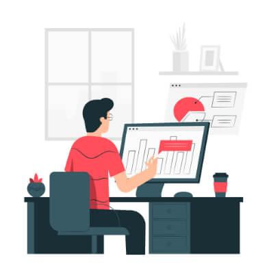 barbat în fața unui desktop ce analizează date SEO