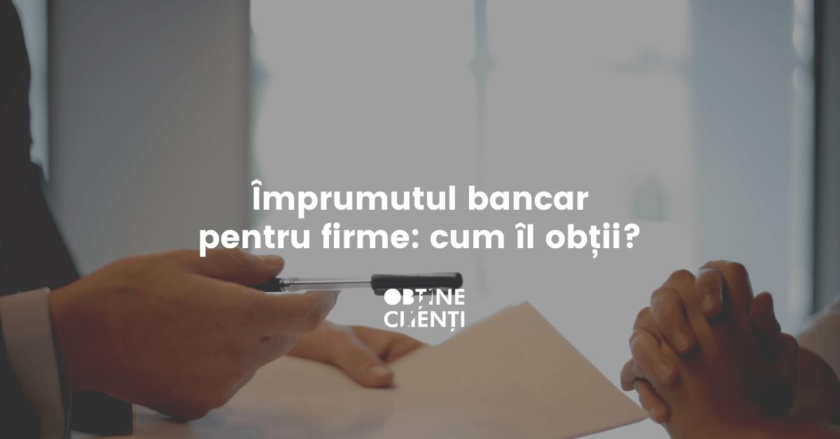 două persoane cu un contract de împrumut bancar în mână